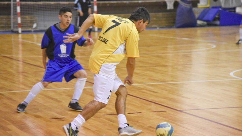 Walter Figueroa intenta un ataque en el empate de Clear con La Cigarra 3-3.