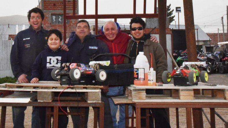 El grupo de muchachos que trabaja en la pista que será inaugurada el domingo en ocasión al Día del Niño.