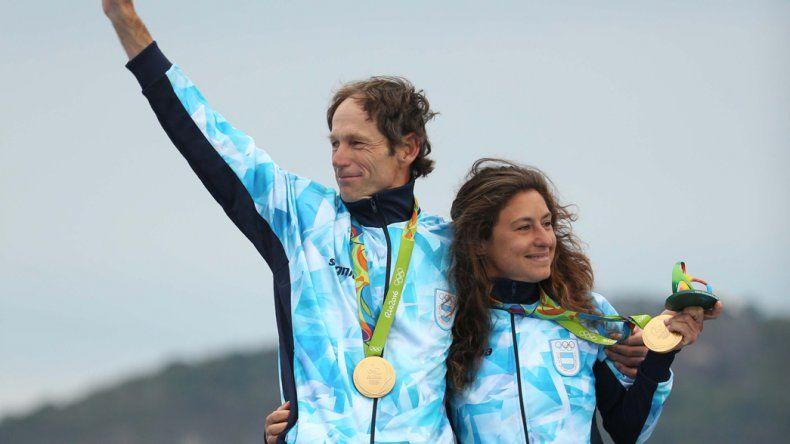 Toda la felicidad en el podio del binomio Santiago Lange-Cecilia Carranza Salori con su medalla de oro.