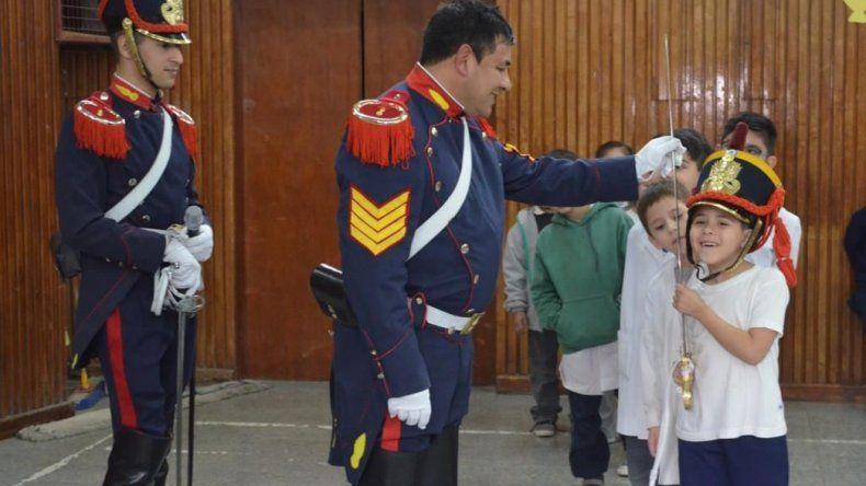 Los miembros del Regimiento de Granaderos a Caballo General San Martín respondieron todas las dudas de los estudiantes de diferentes instituciones educativas de esta ciudad.