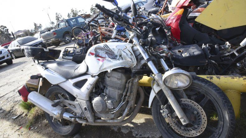 La VW Amarok y la motocicleta involucrados en el accidente ocurrido sobre la ruta 1.