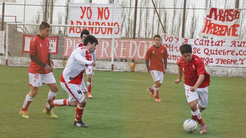 Huracán arrancó con todo ayer en el Torneo Final A del fútbol de Comodoro Rivadavia al golear 4-0 al Deportivo Sarmiento.