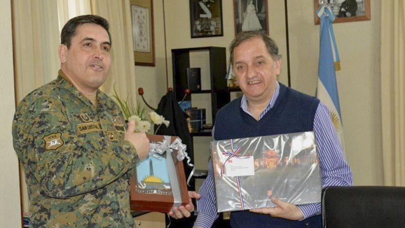 El general San Cristóbal Schott y el intendente intercambiaron presentes.