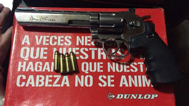 Arma secuestrada en uno de los allanamientos.