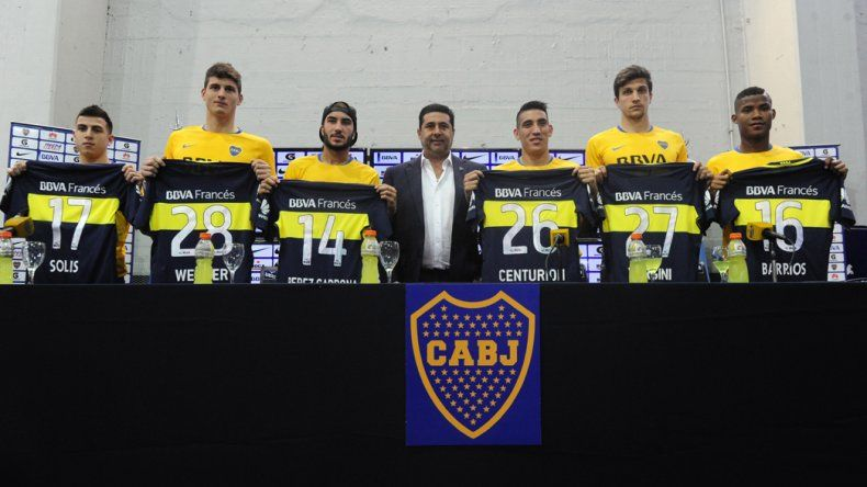 Daniel Angelici junto a seis de los refuerzos que se sumaron a Boca.
