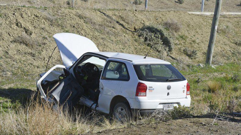 La conductora del VW Gol sufrió un corte en el cuero cabelludo y quedó atrapada entre los hierros al ser embestida por el Peugeot 207.