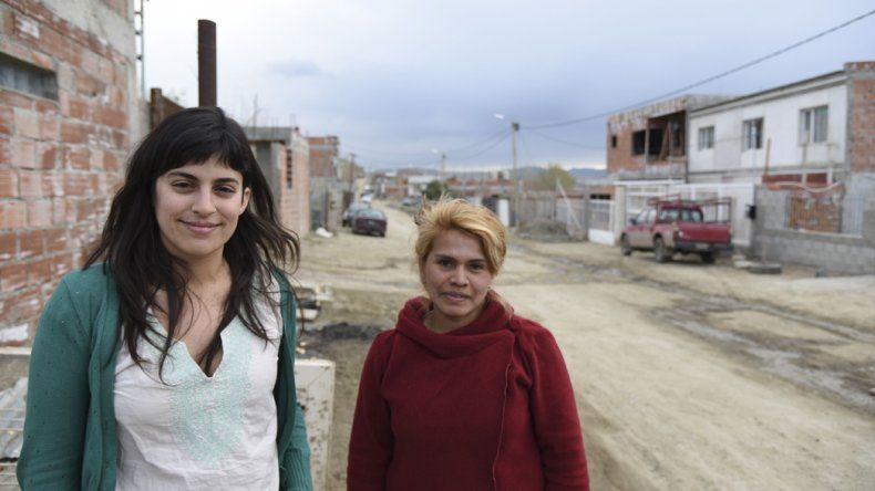 La investigadora Letizia Vázquez junto a Carolina Arias.