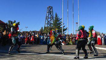 La Federación de Comunidades Extranjeras realizó por primera vez el desfile Inmigrante Pionero Patagónico en torno al Museo del Petróleo.
