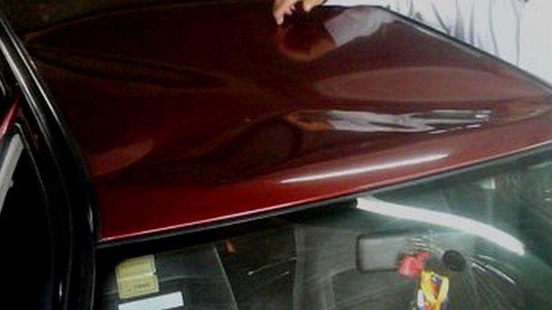 Se enojó y hundió el techo del auto de la cuñada