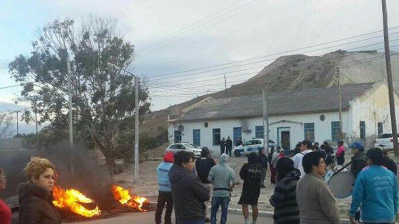 Vecinos de Caleta Córdova cortan nuevamente la ruta