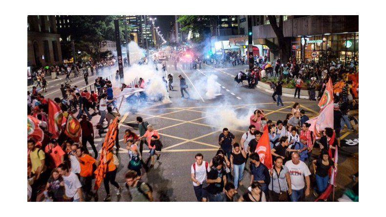 Reprimen a miles de personas que marchaban a favor de Dilma Rousseff