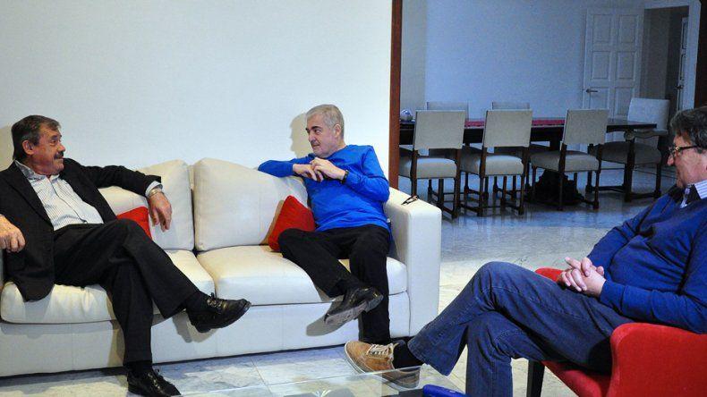 A la mañana firmó el acuerdo con los intendentes y por la tarde Das Neves se reunió con el ex gobernador Carlos Maestro.