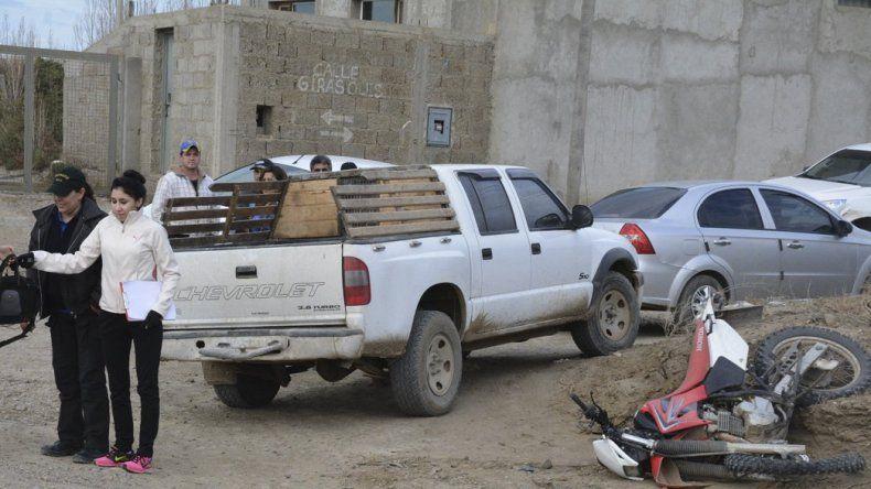 Un motociclista fue embestido ayer por una camioneta en la Zona de Chacras de esta ciudad.