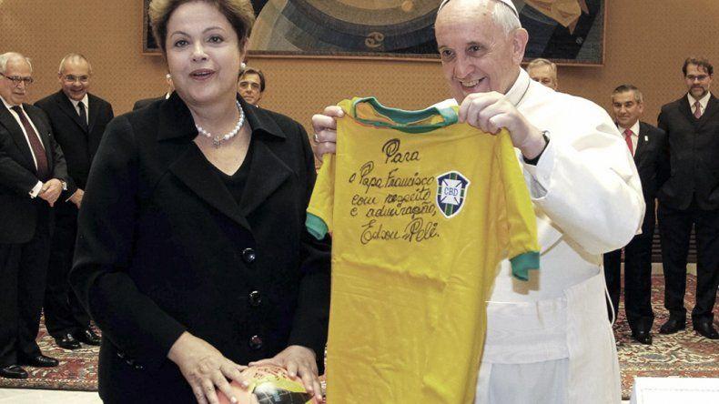 Francisco se solidarizó con el pueblo brasileño luego de la destitución de Dilma.