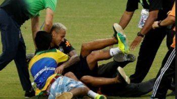 Hinchas entraron a saludar a Neymar y casi lo lesionan