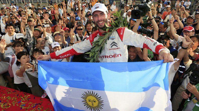 José María Pechito López muestra orgulloso la bandera argentina y un nuevo título