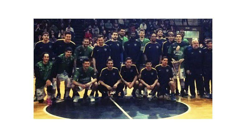 Los planteles de Gimnasia y Boca formaron juntos antes del segundo amistoso jugado el sábado en Esquel.