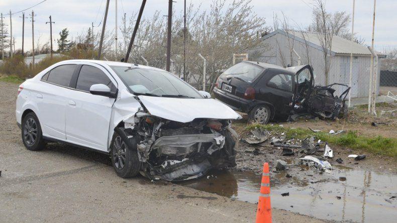 Ambos vehículos quedaron seriamente dañados tras impactar de manera frontal en el acceso a Cañadón Seco.