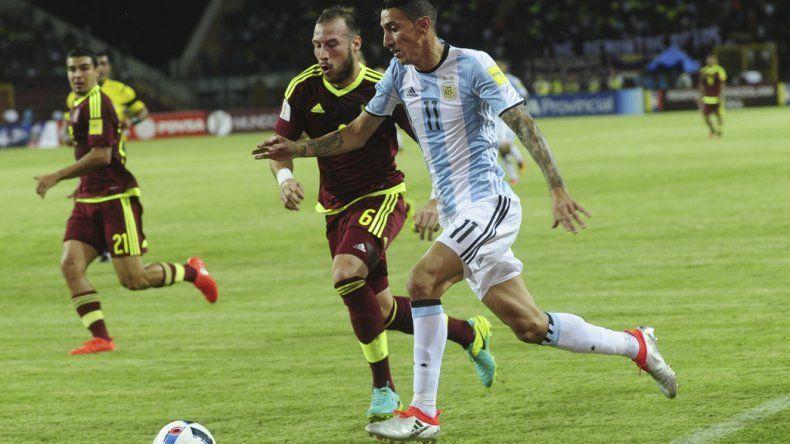 Angel Di María se lleva el balón anoche en el partido entre Venezuela y Argentina que empataron 2-2 en Mérida.