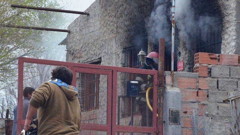 Los bomberos sofocaron el incendio de vivienda luego de una hora y media de arduas tareas.