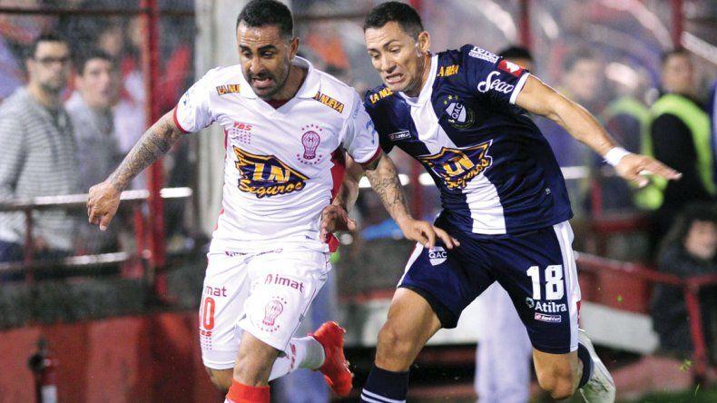 Daniel Montenegro se lleva el balón marcado por Matías Escobar en el partido jugado anoche en el Tomás Ducó.
