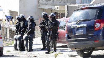 Con fuerte presencia policial se allanó la casa de la calle Arburúa, donde alquilan integrantes de la familia Nieves.
