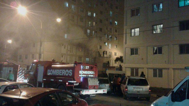 Gran temor causó el incendio de un departamento de la Torre 6. Se habría originado por la explosión de un cargador de celular.