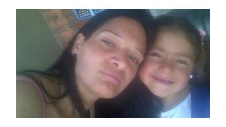 Buscan a una mujer que desapareció con su hija cuando la llevaba a ver al papá