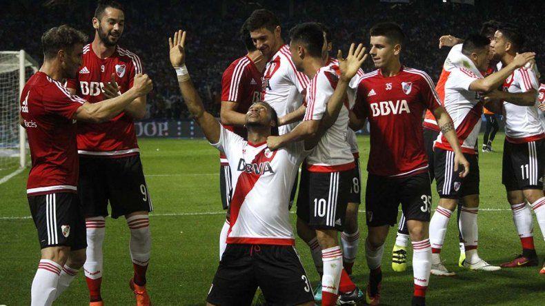 Arturo Mina festeja su gol con todo River ayer en el Mario Kempes de Córdoba.
