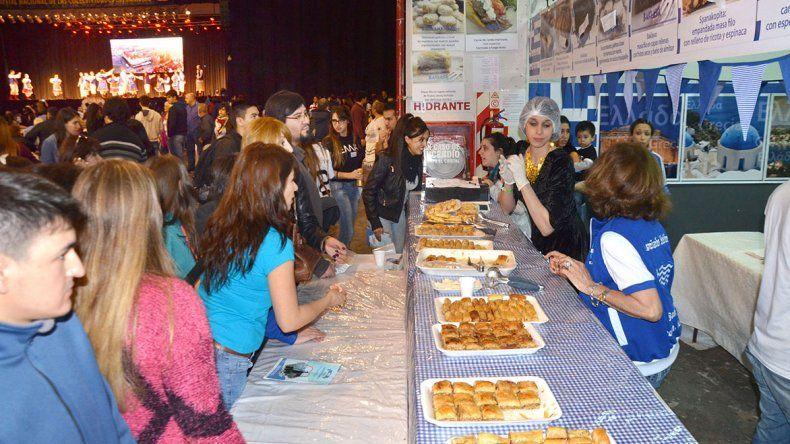 Más de 10 mil personas disfrutaron  de los platos y bebidas típicas en la Feria de las Colectividades