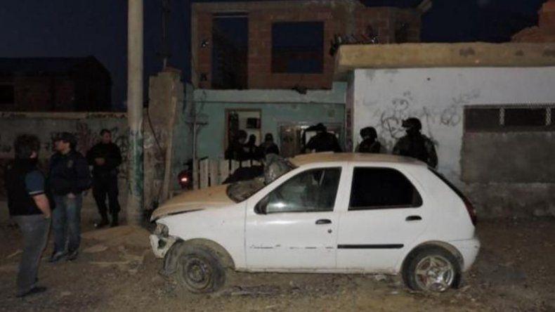 Gran cantidad de efectivos concretaron el allanamiento en una vivienda del barrio Miramar de Caleta Olivia.