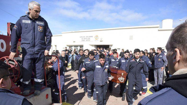 Los bomberos con el féretro de Gustavo Contreras
