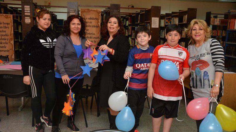 Yanina Garabano y sus colaboradoras trabajaron ayer en la ornamentación de la Biblioteca.