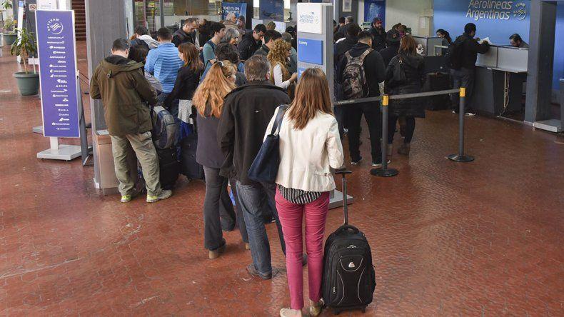 Ayer por la tarde más de 50 pasajeros esperaban que se reanuden las operaciones en el Aeropuerto General Mosconi