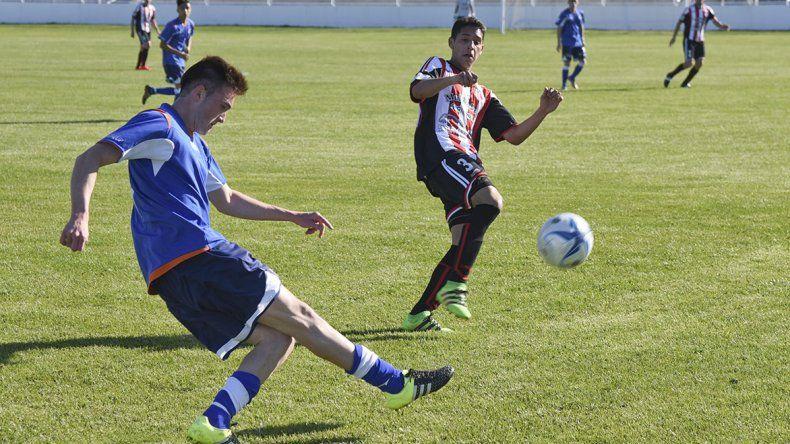 Germán Martínez despeja en el lateral derecho de la CAI