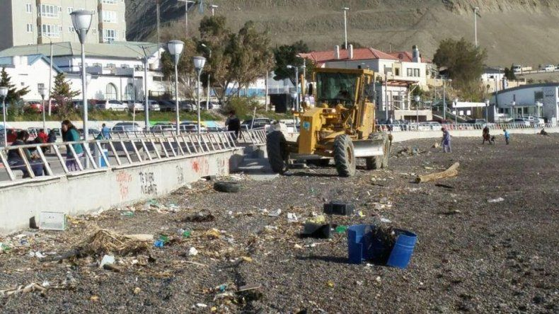 Realizaron limpieza de la Costanera tras la marejada