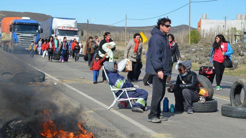 Centenares de pasajeros debieron realizar trasbordos para poder llegar a la Terminal de Omnibus de Caleta Olivia.