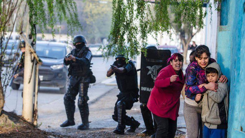Escenas de represión y violencia se pudieron ver en la marcha realizada en pedido de justicia por la muerte de Gustavo Gerez. Foto: El Ojo Fotográfico.