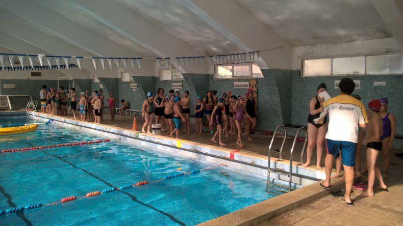 Más de 50 chicos participan de un encuentro de natación en Diadema