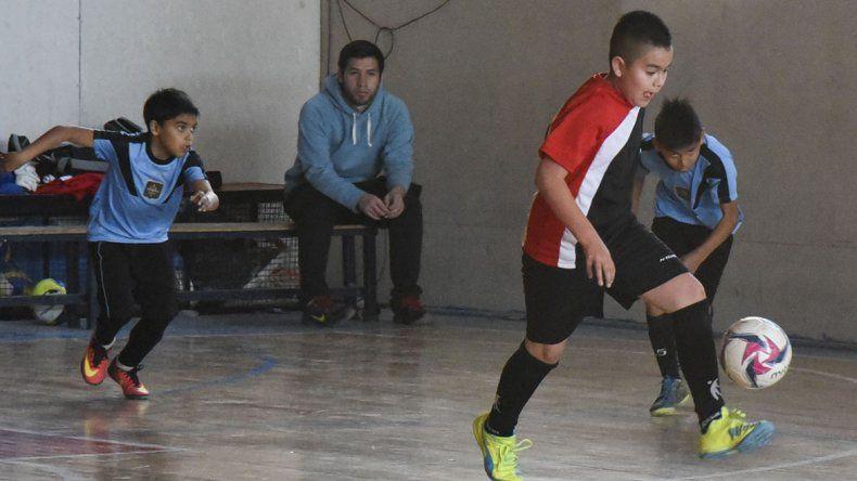 El fútbol de salón infantil de la CAI continuará esta tarde con su definición.
