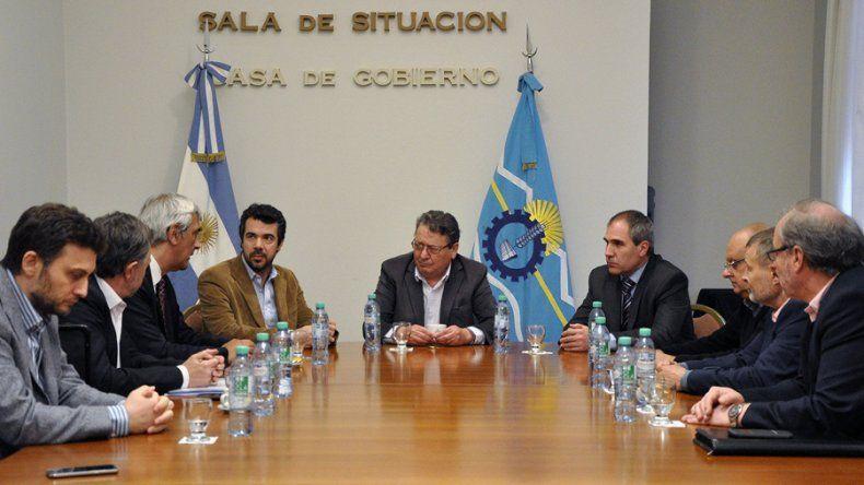 Funcionarios provinciales y ejecutivos de YPF se reunieron ayer en Rawson.