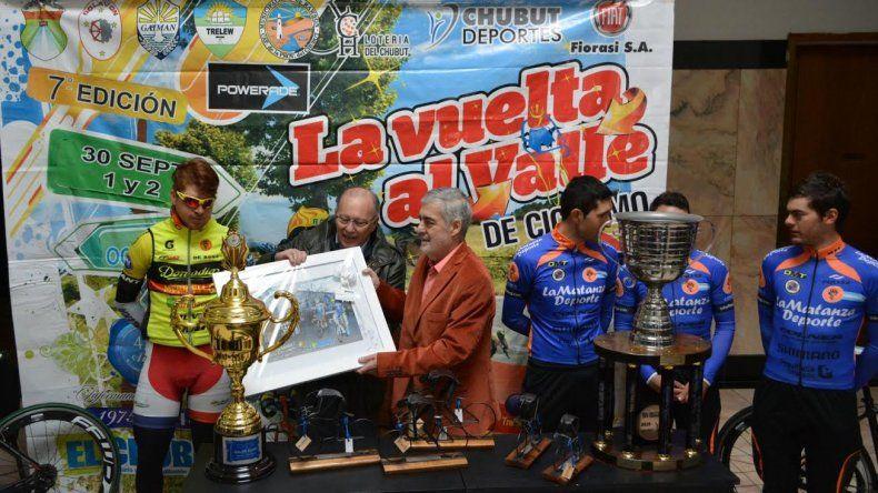 El gobernador Mario Das Neves recibe un presente por parte de los organizadores de La Vuelta al Valle.