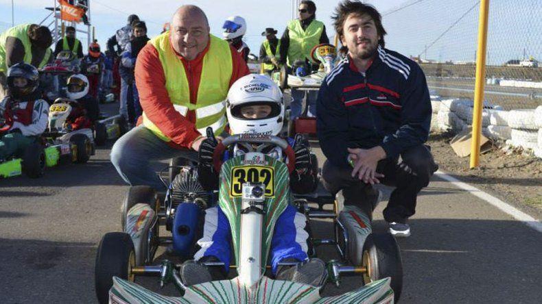En el kartódromo de la AKPS Thomás junto a su hermano y su papá.