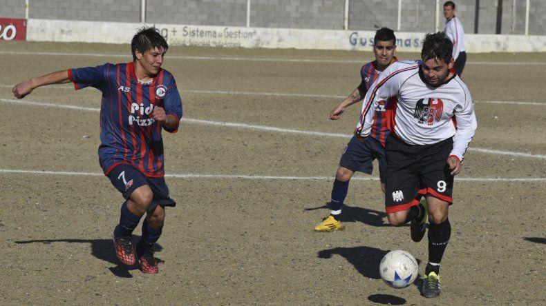 Alexis Tecay intenta cerrar el paso al delantero de Palazzo Darío Matus.