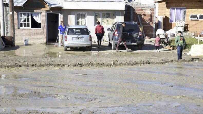 Una familia resultó damnificada por la rotura de un caño de plástico que conduce agua y forma parte de una nueva red en Km 12.