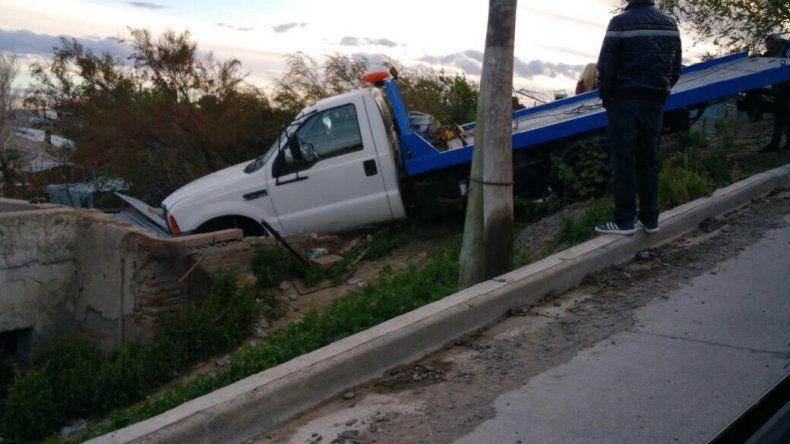 Un camión y una Toyota terminaron arriba del techo de una casa