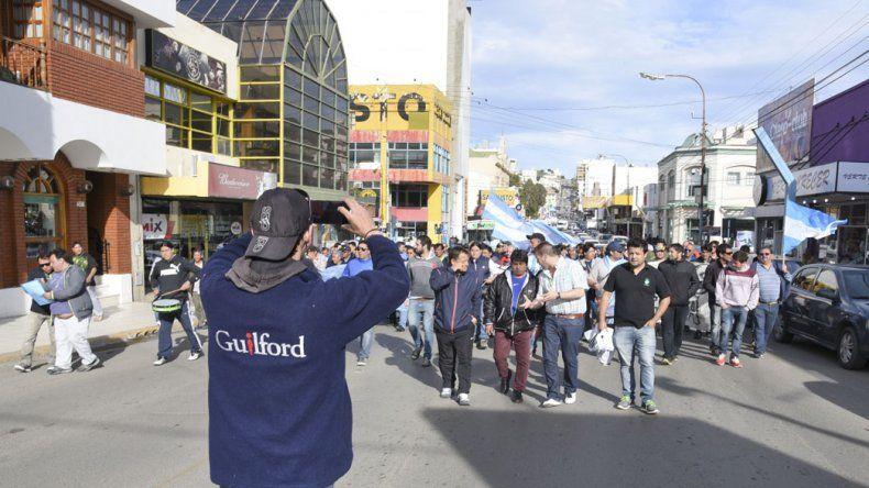 Un centenar de obreros textiles marcharon por las calles de la ciudad en reclamo del pago de sus haberes y la preservación de la fuente laboral.