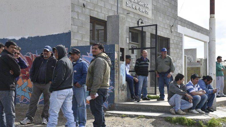 Diariamente los obreros desocupados acuden a la sede de la UOCRA en Caleta Olivia aguardando ser convocados para obras públicas.
