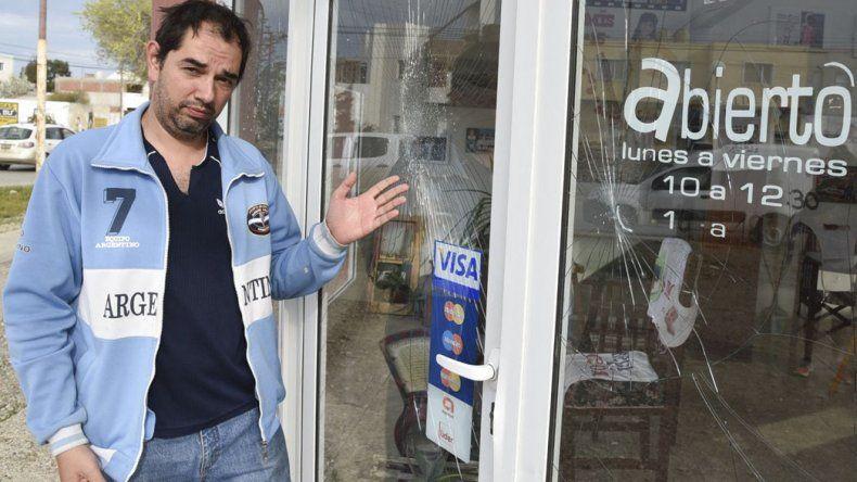 Adrián Alvarez lamentó el accionar de delincuentes que intentaron ingresar a robar en la casa de fotografías.