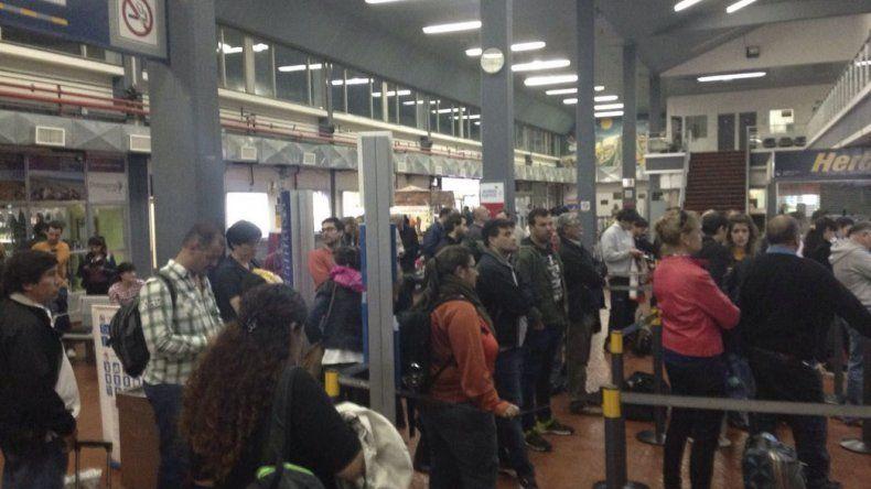 Al cierre de esta edición los pasajeros esperaban una respuesta sobre la reprogramación del vuelo que no pudo despegar de Río Gallegos.